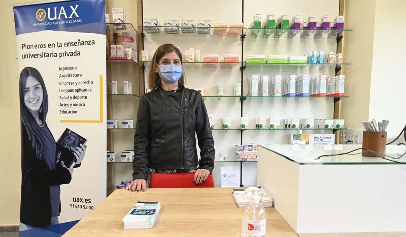 jefa de estudios de farmacia uax en la inauguracion de la oficina de farmacia