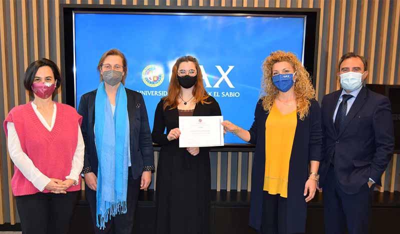 ganadora certamen literario uax de 2021 recibe su premio