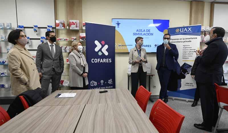 asistentes a la inauguracion de la nueva aula de simulacion de farmacia de uax